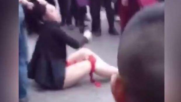 Brutale reazione di una donna cinese tradita dalmarito