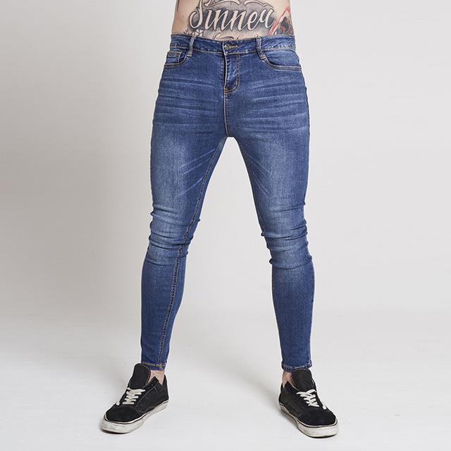 """Smetti di riempirti le tasche quando indossi i pantaloni attillati o, come si dice oggi, """"skinny"""""""