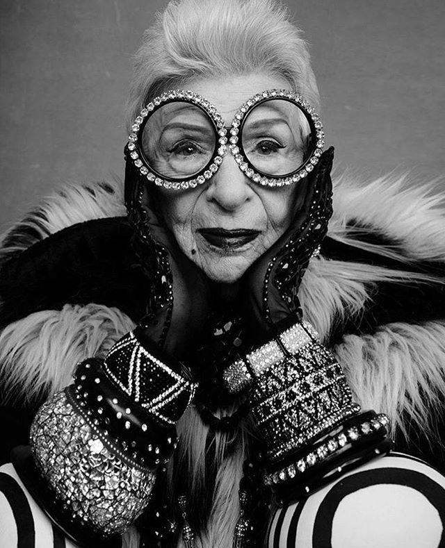 """Iris Apfel e il suo magico mondo """"alla moda"""". Da arredatrice a icona del fashion più estroso. Seconda e ultimaparte"""